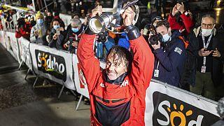 Skipper Yannick Bestaven mit dem Siegerpokal im Zielhafen Les Sables d` Olonne