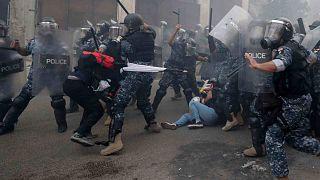 شرطة مكافحة الشغب تضرب المتظاهرين المناهضين للحكومة خلال مظاهرة بالقرب من ساحة البرلمان في بيروت، لبنان، الثلاثاء 1 سبتمبر 2020