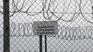 «Σύνορα κράτους» αναγράφεται στην πινακίδα πάνω στον φράχτη στα σύνορα Ουγγαρίας - Σερβίας