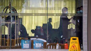 صورة من خارج الفندق الذي يقيم فيه أعضاء بعتثة المنظمة