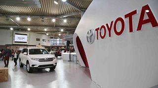 يقوم الزوار بفحص السيارات المعروضة في معرض تويوتا في طوكيو، 4 فبراير 2014