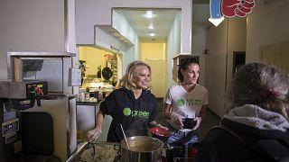 Η πρώην ηθοποιός και μοντέλο και ακτιβίστρια για τα δικαιώματα των ζώων Πάμελα Άντερσον σερβίρει δωρεάν vegan γεύματα