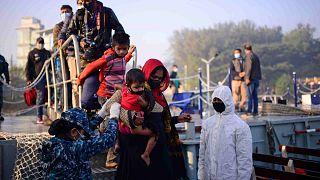 لاجئون من الروهينغا يستقلون سفينة بحرية ليتم نقلهم إلى جزيرة منعزلة في خليج البنغال في شيتاغونغ، بنغلاديش، 29 ديسمبر 2020