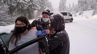 Karda mahsur kalan sağlık görevlileri etraftakileri aşıladı