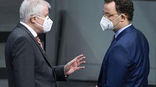 Der deutsche Innenminister Horst Seehofer spricht mit dem deutschen Gesundheitsminister Jens Spahn, 28.01.2021