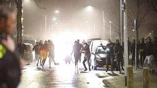 Randalierer werfen Steine auf Polizisten in Haarlem, Niederlande, 25.01.2021