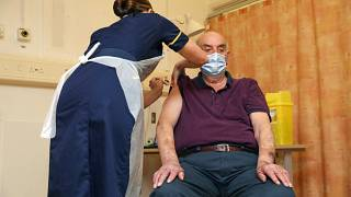 AstraZeneca aşısı vurulan 82 yaşındaki bir İngiliz