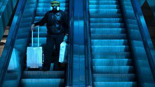 مسافر في إحدى محطات القطار في بكين