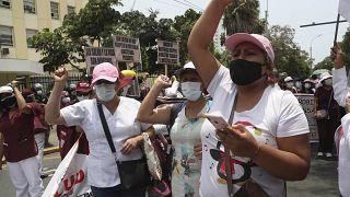 Trabajadores de la salud exigen más equipos de protección personal para tratar a los pacientes en medio de la segunda ola de la pandemia en Lima, el 13 de enero de 2021.