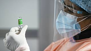 Krankenschwester bereitet den AstraZeneca-Impfstoff in Kathmandu, Nepal, vor, 27.01.2021