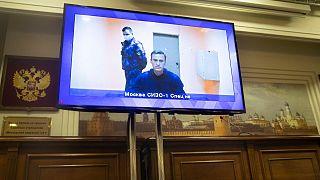 المعارض الروسي ألكسي نافالني يظهر على شاشة تلفزيون خلال بث مباشر لجلسة استماع في المحكمة في موسكو. 2021/01/28
