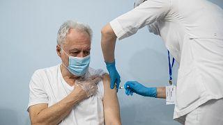 Covid-19 aşısı olan Rus sağlıkcı