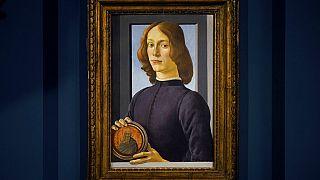 Botticelli'nin 15. yüzyılda yapılan Madalyon Tutan Genç Adam (Young Man Holding a Roundel) adlı tablosu