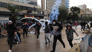 محتجون بتعرضون لإطلاق الغازات المسيلة للدموع في مدينة طرابلس شمال لبنان. 2021/01/28