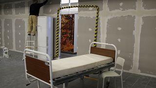 Dans l'urgence, on aménage les centres de soins face à l'afflux de malades - Lisbonne, le 27/01/2021