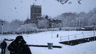 Schneefall in England: Kein Grund, Corona-Regeln zu brechen, findet die Polizei. Foto aus Bristol.