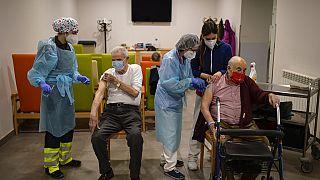 Residentes vacunandose de la segunda dosi de Pfizer en Pamplona