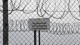 Macaristan, sığınmacıları durdurmak amacıyla Sırbistan ve Hırvatistan sınırlarına dikenli tel örgü çekmiş ve yasa dışı geçişler için uygulanan cezalar artırmıştı
