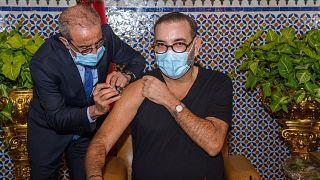 العاهل المغربي محمد السادس  يتلقى جرعة من اللقاح المضاد لكوفيد-19 في القصر الملكي بمدينة فاس.