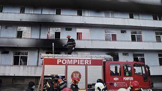 L'intervento dei vigili del fuoco per domare l'incendio scoppiato nel principale ospedale di Bucarest