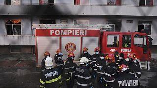 Άνδρες της πυροσβεστικής στη διάρκεια κατάσβεσης της πυρκαγιάς σε νοσοκομείο του Βουκουρεστίου