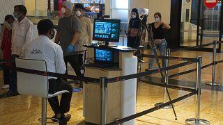 مراقبة درجة حرارة الزبائن في مركز تجاري في دبي