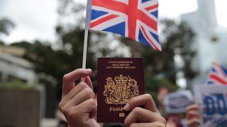پاسپورتهای بریتانیایی در دست معترضان هنگکنگی