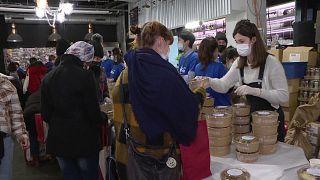 توزيع طعام ومستلزمات على الطلاب - فرنسا