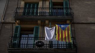 """Una """"estelada"""" o bandera de la independencia cuelga de un balcón en el centro de Barcelona, España, el jueves 28 de enero de 2021."""
