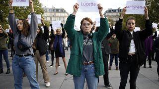 صورة من الارشيف- نساء يحملن لافتات عليها أسماء نساء قُتلن على يد شركائهن، خلال مظاهرة في باريس
