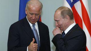 التقى بايدن عندما كان نائباً لأوباما بالرئيس الروسي فلاديمير بوتين في موسكو (2011)