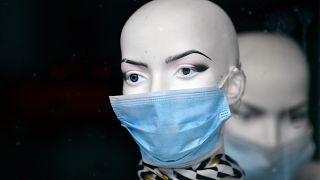 Schaufensterpuppe mit Maske in Duisburg.