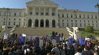 Cientos de personas se concentraron frente al parlamento antes de la votación