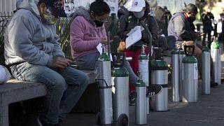 أناس ينتظرون دورهم في العاصمة مكسيكو لملئ قوارير الأوكسجين لفائدة أقاربهم المصابين بكوفيدـ19. 2020/01/26
