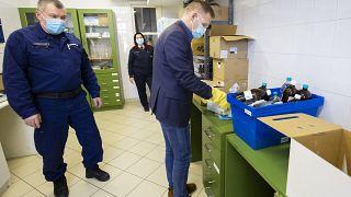 Batka Gábor főgyógyszerész kibontja a koronavírus elleni oltóanyagot, az újonnan érkezett Pfizer-BioNTech-vakcinákat tartalmazó dobozt a Zala Megyei Szent Rafael Kórházban
