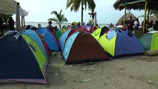 Cientos de migrantes duermen en tiendas de campaña en la frontera entre Colombia y Panamá