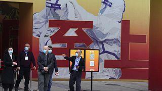 Drei Wissenschaftler der WHO besichtigten in Wuhan auch eine Ausstellung über die Pandemie