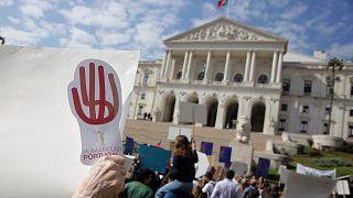 عکس آرشیوی از حضور مخالفان اتانازی مقابل پارلمان پرتغال
