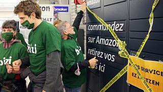 Fransa'da kendilerini küreselleşme karşıtı olarak tanımlayan bir grup protestocu, Amazon karşıtı gösteri düzenledi (arşiv)