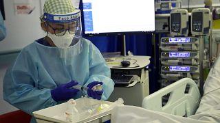 Un paziente Covid viene curato nel King's College Hospital  di Londra, 27 gennaio 2021
