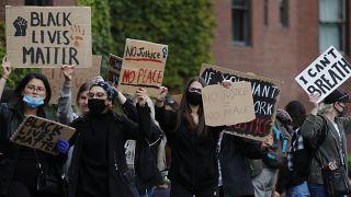 İngiltere'nin başkenti Londra'da düzenlenene Black Lives Matter (Siyahilerin Hayatı Değerlidir) protestosu (arşiv)