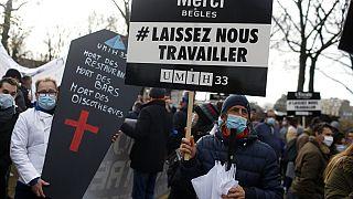 Protestos contra restrições alastram pela Europa