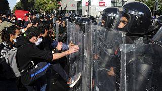 متظاهرون يشتبكون مع الشرطة خلال مظاهرة ضد وحشية الشرطة وآخر تعديل وزاري في تونس العاصمة ، تونس، السبت 30  كانون الثاني  2021