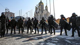 الشرطة تمنع المتظاهرين من دخول الساحة المركزية في فلاديفوستوك في روسيا.