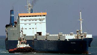 عکس آرشیوی از یک کشتی اوکراینی که هدف حمله دزدان دریایی سومالی قرار گرفته بود