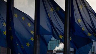 اهتزاز پرچمهای اتحادیه اروپا در مقر اتحادیه در بروکسل