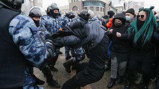 Polizeieinheiten in schwerer Montur gingen teilweise gewaltsam gegen Demonstrierende in Moskau vor