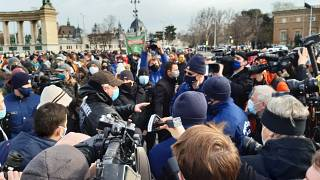 Az üzletek kinyitásáért szervezett tüntetés résztvevőit igazoltatják rendőrök a Hősök terén