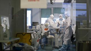 أفراد طاقم طبي يعملون داخل وحدة للعناية المركزة في مستشفى لشبونة العسكري. 2021/01/27