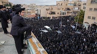 آلاف اليهود الأرثودوكس المنطرفين يشيعون جثمان الحاخام ميشولام سولوفيتشيك في القدس. 2021/01/31